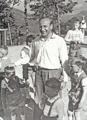 Hermann Gmeiner im ersten SOS-Kinderdorf